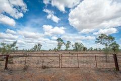 Πύλη στην ιδιοκτησία εσωτερικών στον ξηρό στοκ φωτογραφίες