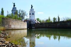 Πύλη στον ποταμό με δύο γλυπτά των ιππέων στοκ φωτογραφία με δικαίωμα ελεύθερης χρήσης
