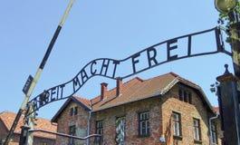 Πύλη συγκέντρωσης Auschwitz, σημάδι ARBEIT MACHT FREI Ηλιόλουστη ημέρα στο στις 7 Ιουλίου 2015, Κρακοβία, Πολωνία Στοκ Εικόνες