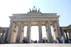 Πύλη του Βραδεμβούργου Βερολίνο με το μπλε ουρανό στοκ εικόνες
