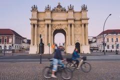 Πύλη του Βραδεμβούργου και Bicyclers στο Πότσνταμ στοκ εικόνα