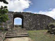 Πύλη του τοίχου πετρών επί του τόπου nakagusuku-Jo στην Ιαπωνία στοκ φωτογραφία με δικαίωμα ελεύθερης χρήσης