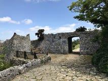 Πύλη του τοίχου πετρών επί του τόπου nakagusuku-Jo στην Ιαπωνία στοκ εικόνες