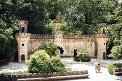 Πύλη των φυλάκων και του περπατώντας ζεύγους σε Quinta DA Regaleira σε Sintra, Πορτογαλία Στοκ φωτογραφίες με δικαίωμα ελεύθερης χρήσης