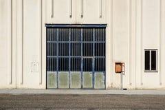 Πύλη φορτίου της βιομηχανικής αποθήκης εμπορευμάτων πόρτα βιομηχανική Άποψη σχετικά με τις πύλες ένα της μεγάλης πρόσοψης αποθηκώ Στοκ φωτογραφία με δικαίωμα ελεύθερης χρήσης