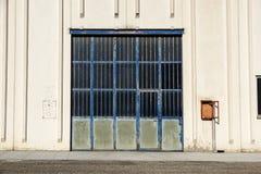 Πύλη φορτίου της βιομηχανικής αποθήκης εμπορευμάτων πόρτα βιομηχανική Άποψη σχετικά με τις πύλες ένα της μεγάλης πρόσοψης αποθηκώ Στοκ εικόνα με δικαίωμα ελεύθερης χρήσης