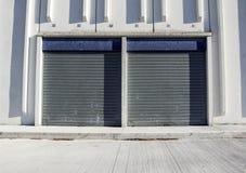 Πύλη φορτίου της βιομηχανικής αποθήκης εμπορευμάτων πόρτα βιομηχανική Άποψη σχετικά με τις πύλες ένα της μεγάλης πρόσοψης αποθηκώ Στοκ Φωτογραφία