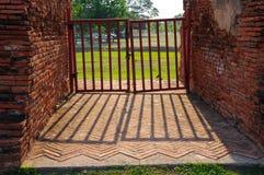 Πύλη χάλυβα με τους τουβλότοιχους Στοκ εικόνα με δικαίωμα ελεύθερης χρήσης