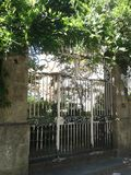 Πύλη Argentat με την άμπελο wisteria Στοκ Εικόνες