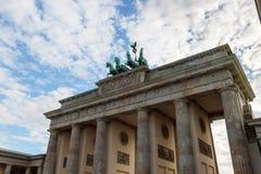 Πύλη Bradenburg, ουρανός θερινής ημέρας του Βερολίνου, Γερμανία στοκ εικόνες με δικαίωμα ελεύθερης χρήσης