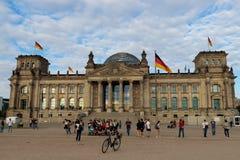 Πύλη Bradenburg, τουρίστες θερινής ημέρας του Βερολίνου, Γερμανία στοκ εικόνες