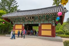 Πύλη cheon-Wangmun εισόδων του κορεατικού buddhistic ναού Bulguksa με πολλά φανάρια για να γιορτάσει τα γενέθλια buddhas μια σαφή στοκ εικόνες με δικαίωμα ελεύθερης χρήσης