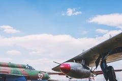 Πύραυλοι και όπλα στο αεριωθούμενο στρατιωτικό αεροπλάνο μαχητών στοκ εικόνες με δικαίωμα ελεύθερης χρήσης