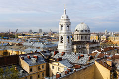 Πύργοι εκκλησιών της Catherine πέρα από τις στέγες της Αγία Πετρούπολης Στοκ Εικόνες