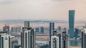 Πύργοι επιχειρησιακών κόλπων του Ντουμπάι ` s πριν από το ηλιοβασίλεμα timelapse Άποψη στεγών μερικών ουρανοξυστών και νέων πύργω φιλμ μικρού μήκους