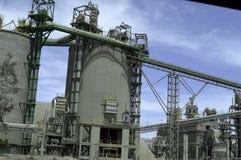 Πύργοι εργοστασίων, ζωνών και αποθήκευσης τσιμέντου Στοκ φωτογραφία με δικαίωμα ελεύθερης χρήσης