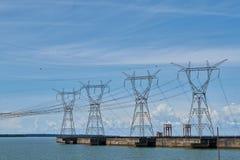 Πύργοι ηλεκτρικής δύναμης για τον υδροηλεκτρικό μπλε ουρανό βιομηχανίας φραγμάτων στοκ εικόνα