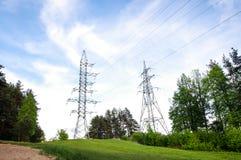 Πύργοι ηλέκτρισης στον πράσινο λόφο οριζόντιο Στοκ εικόνες με δικαίωμα ελεύθερης χρήσης