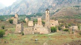 Πύργοι θέας και αμυντικοί πύργοι του βόρειου Καύκασου Ιστορικά μνημειακά μεσαιωνικά κτήρια στα βουνά απόθεμα βίντεο
