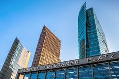 Πύργοι και είσοδος σταθμών τρένου σε Potsdamer Platz, Βερολίνο στοκ φωτογραφίες