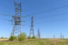 πύργοι και ηλεκτροφόρα καλώδια Στοκ Εικόνες