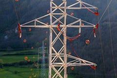 Πύργοι και ηλεκτροφόρα καλώδια με diverter Στοκ φωτογραφία με δικαίωμα ελεύθερης χρήσης