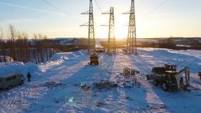 Πύργοι και μηχανήματα κατασκευής στο έδαφος με το χιόνι φιλμ μικρού μήκους