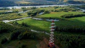 Πύργοι μετάδοσης εναλλασσόμενων ρευμάτων επάνω από τους πράσινους τομείς απόθεμα βίντεο