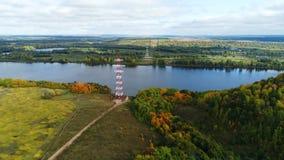 Πύργοι μετάδοσης υψηλής τάσης στις όχθεις ποταμού φιλμ μικρού μήκους