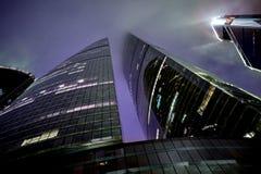 Πύργοι ομοσπονδίας ουρανοξυστών πόλεων της Μόσχας και πύργος πόλεων υδραργύρου στη misty όμορφη νύχτα Στοκ φωτογραφία με δικαίωμα ελεύθερης χρήσης