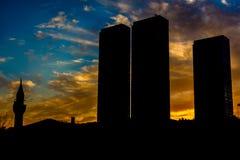 Πύργοι πόλεων με το μουσουλμανικό τέμενος Στοκ Εικόνα