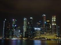 Πύργοι σε Σινγκαπούρη τή νύχτα Στοκ εικόνα με δικαίωμα ελεύθερης χρήσης