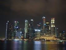 Πύργοι σε Σινγκαπούρη τη νύχτα Στοκ εικόνες με δικαίωμα ελεύθερης χρήσης