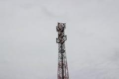 Πύργοι σημάτων στον ουρανό και τα γκρίζα σύννεφα Στοκ Εικόνα