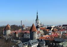 Πύργοι στεγών και τοίχοι της παλαιάς άποψης πόλεων της χαμηλότερης κωμόπολης Στοκ εικόνες με δικαίωμα ελεύθερης χρήσης