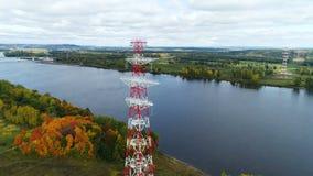 Πύργοι της γραμμής μετάδοσης ηλεκτρικής ενέργειας ενάντια στην απόμακρη γέφυρα απόθεμα βίντεο