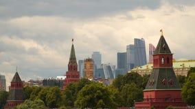 Πύργοι της Μόσχας Κρεμλίνο στα πλαίσια των σύγχρονων κτηρίων απόθεμα βίντεο