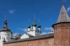 Πύργοι τουβλότοιχος και γωνιών του μητροπολιτικού κήπου, Ροστόφ, Στοκ φωτογραφία με δικαίωμα ελεύθερης χρήσης