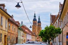 Πύργοι του βυζαντινού ύφους καθεδρικού ναού Catedrala Sfanta Treime DIN Sibiu τριάδας βασιλικών ιερού όπως βλέπει από τις οδούς π στοκ φωτογραφία
