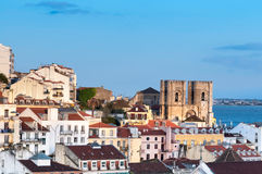 Πύργοι του καθεδρικού ναού της Λισσαβώνας και στέγες της Λισσαβώνας Στοκ εικόνα με δικαίωμα ελεύθερης χρήσης