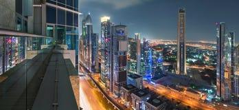 πύργοι του Ντουμπάι από την άκρη ενός μπαλκονιού Στοκ Εικόνες