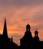 Πύργοι του υποβάθρου ηλιοβασιλεμάτων βραδιού της Βόννης Γερμανία Στοκ Εικόνα