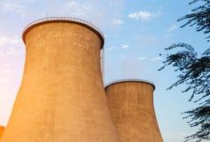 Πύργοι των εγκαταστάσεων παραγωγής ενέργειας πόλεων Στοκ φωτογραφίες με δικαίωμα ελεύθερης χρήσης