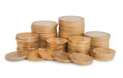 Πύργοι των χρυσών νομισμάτων που απομονώνονται στην άσπρη ανασκόπηση Στοκ Φωτογραφίες