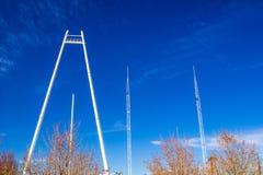 Πύργοι Bungi ενάντια στο μπλε ουρανό στοκ εικόνες