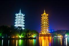 Πύργοι Guilin στο φωτισμένο πάρκο πόλεων σε Guangxi, Κίνα Στοκ Φωτογραφίες