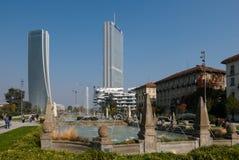Πύργοι Isozaki και Hadid που βλέπουν από την πηγή τεσσάρων εποχών Στοκ φωτογραφία με δικαίωμα ελεύθερης χρήσης