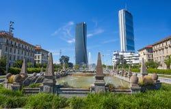 Πύργοι Isozaki και Hadid που βλέπουν από την πηγή τεσσάρων εποχών, Giulio Cesare Square, 3 Torri, Μιλάνο, Ιταλία Στοκ φωτογραφία με δικαίωμα ελεύθερης χρήσης