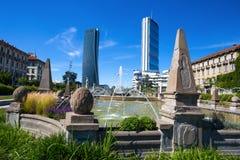 Πύργοι Isozaki και Hadid που βλέπουν από την πηγή τεσσάρων εποχών, Giulio Cesare Square, 3 Torri, Μιλάνο, Ιταλία Στοκ φωτογραφίες με δικαίωμα ελεύθερης χρήσης