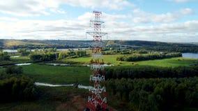 Πύργος έντασης με τη μετάθεση φάσης του ηλεκτροφόρου καλωδίου ενάντια στο τοπίο φιλμ μικρού μήκους